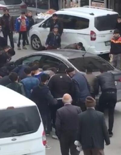 Otomobilin altında kalarak sıkışan köpeği çevredekiler kurtardı