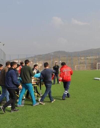 Ambulans helikopter, kazada ağır yaralanan sürücü için maç oynanan sahaya indi