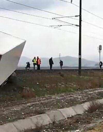 TIR demir yolunu kapattı, makinist treni son anda durdurdu