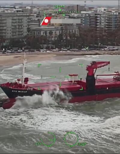 İtalya'da karaya oturan Türk gemisi havadan böyle görüntülendi