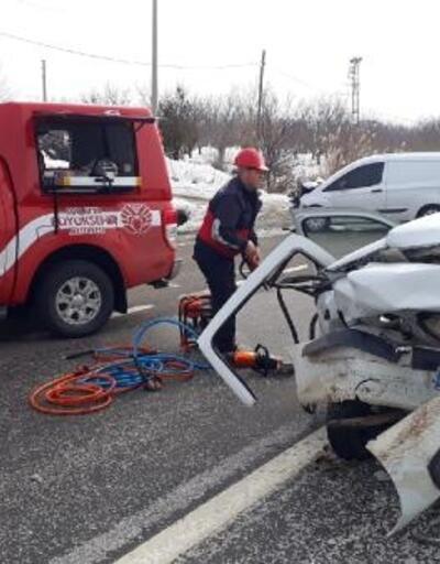 Kayganlaşan yolda otomobiller çarpıştı: 2 yaralı