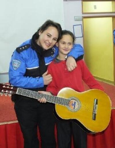 Polisler öğrencilere gitar hediye etti