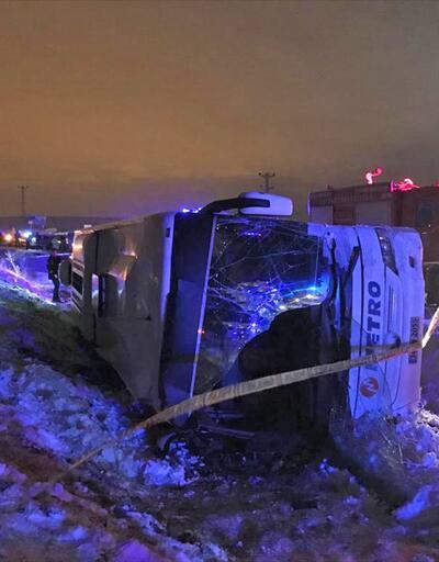Bayburt'ta yolcu otobüsü şarampole devrildi
