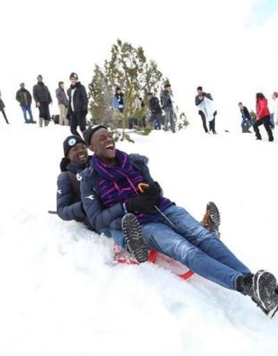 Afrikalı öğrencilerin kar keyfi