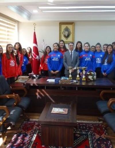 Burhaniye'de başarılı sporcular Kaymakam Aydın'ı ziyaret etti