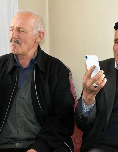 Cep telefonuyla konuşmak için tepeye çıkıyorlar