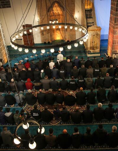 Teröristlerin yaktığı cami ibadete açıldı