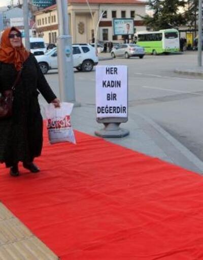 Tokat'ta kadınlar, kaldırımda kırmızı halıda yürüdü