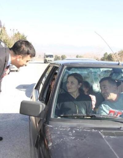 Polislerden araçlardaki kadınlara karanfil