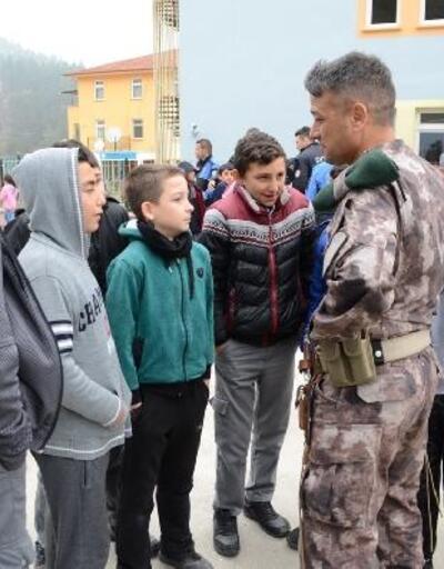 Bigadiç'te polisten öğrencilere kıyafet