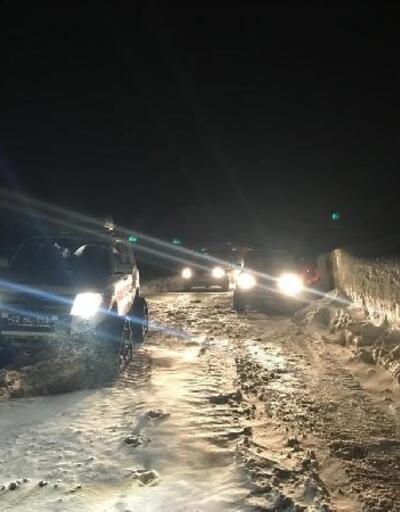 Karda mahsur kalan otomobildeki hasta, paletli ambulansla kurtarıldı