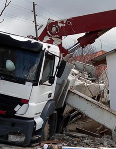 Devrilen beton kamyonu altında can verdi