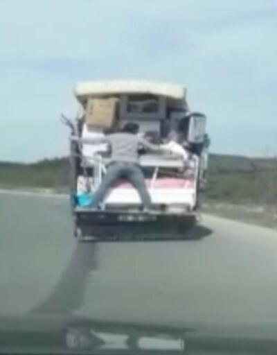 Eşyaları düşmesin diye kamyonette böyle siper oldu!