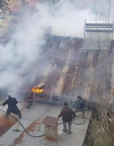 Adana'da yangın çıkan bir ev kullanılamaz hale geldi
