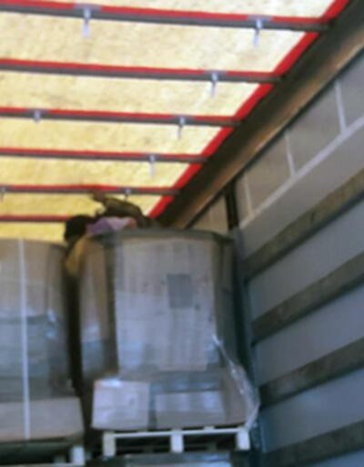 Fabrikaya karton getiren TIR'dan mülteciler çıktı