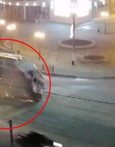 Otomobil çarptığı ambulansı havaya kaldırdı