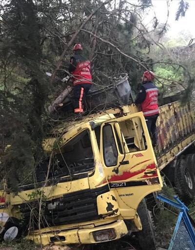 Sakarya'da kamyon devrildi: 1 ölü, 2 yaralı