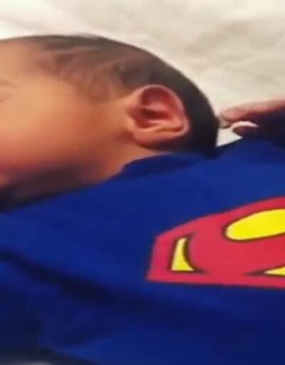 Oğlunu Müslüm Gürses şarkılarıyla uyutuyor