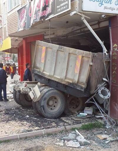 Freni boşalan kamyon kuaföre daldı, yaralılar var
