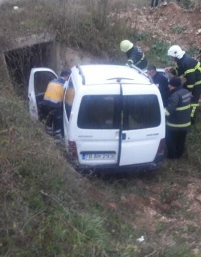 Hafif ticari araç şarampole yuvarlandı: 2'si çocuk 5 yaralı