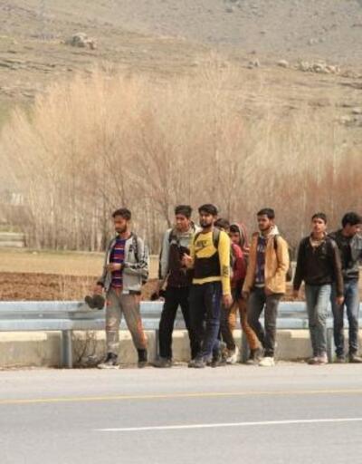 Van'da yol üstünde yürüyen 60 kaçak, yakalandı