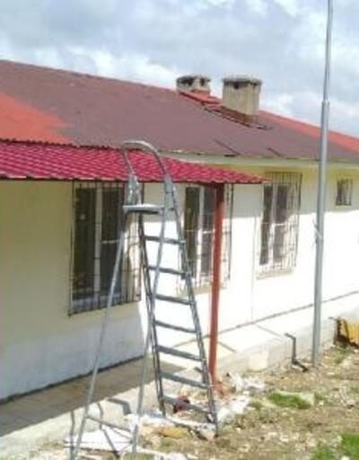 Çatıyı boyarken düşen işçi ağır yaralandı
