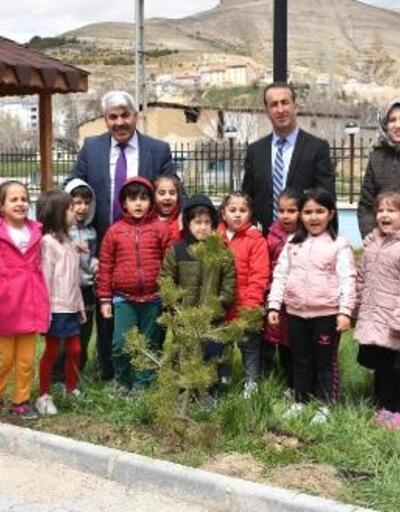 Gürün'de anaokulu öğrencileri fidan dikti