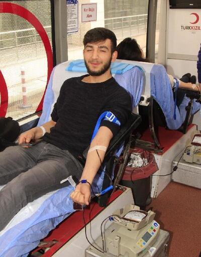 Üniversitesi öğrencileri halay çekip kan verdi