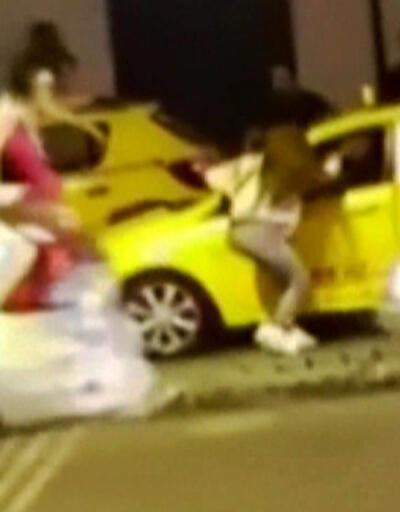 Tarlabaşı'nda laf atan kişiyi öfkeli gruptan taksici kurtardı