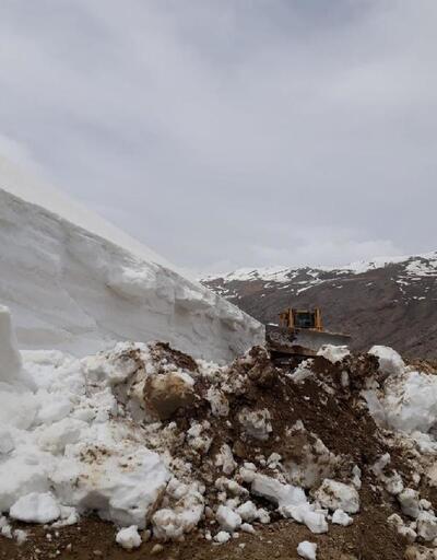 Başkale'de Mayıs ayında kar temizliği