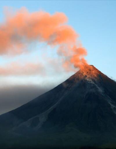 Hawaii'de aktif volkanın içine düşen turist yaralı kurtuldu