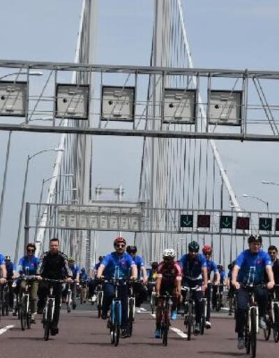 Bisikletle Osmangazi Köprüsü'nden geçtiler