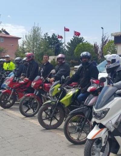 Trafik polisinden motosiklet sürücülerine kask hediyesi