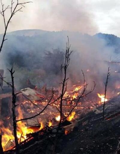 Mudurnu'da ahşap ev, samanlık ve ahır alev alev yandı