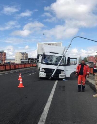 Lastiği patlayan kamyon sinyalizasyon direğine çarptı