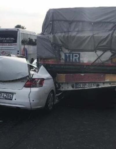 Otomobil, çarptığı TIR'ın dorsesiyle sürüklendi; 4 kişi yaralı