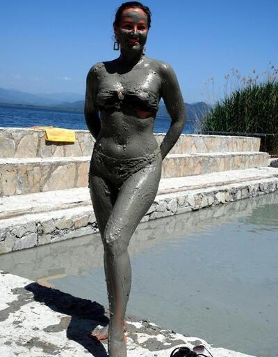 Ukrayna güzellik kraliçesi Köyceğiz'de çamur banyosu yaptı