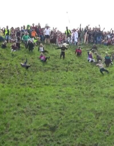 İngiltere'de peynir yuvarlama yarışı