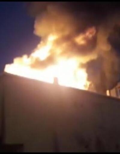 Sultanbeyli'de 2 katlı bina alev alev yandı