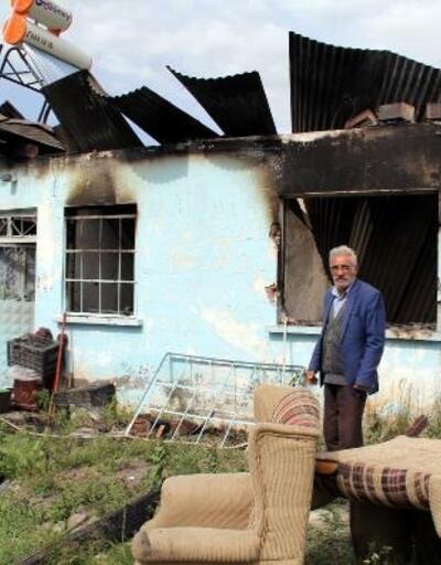 Atla gelip, soydukları evi yaktılar