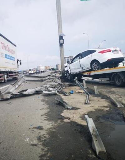 Sultanbeyli'de bariyerlere çarpan otomobilin sürücüsü yaralandı