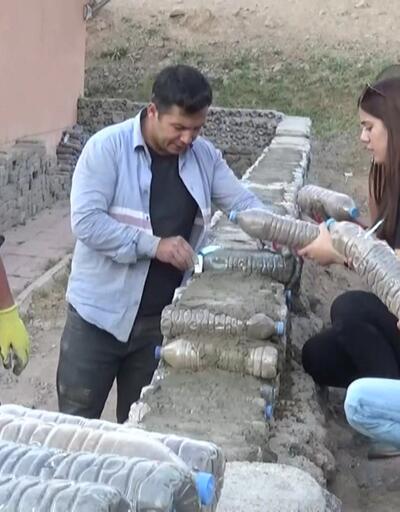 Okulun duvarını kum dolu pet şişelerle ördüler
