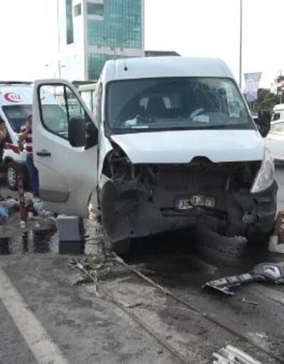 Beylikdüzü'nde bariyere çarpan kamyonetteki 3 işçi yaralandı