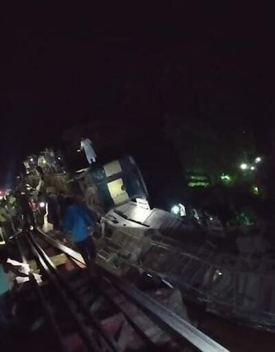 Bangladeş'te yolcu treni nehre düştü