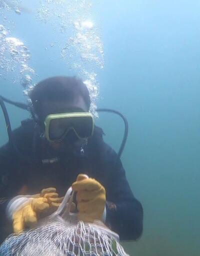 Balık adamlar denizden kilolarca çöp çıkardı