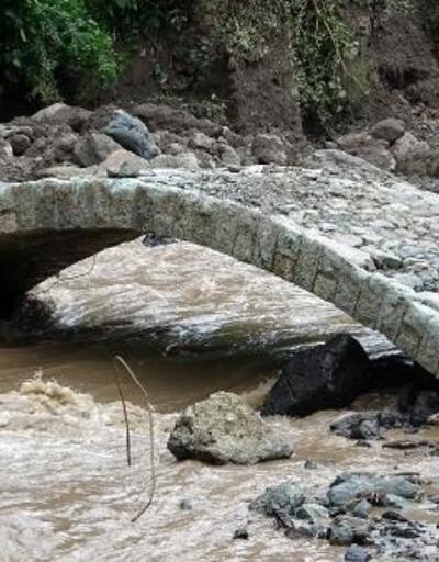 Araklı'daki selde, sadece tarihi kemer köprü ayakta kaldı