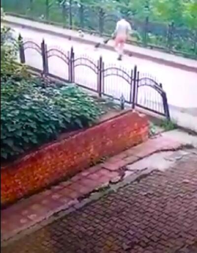 Belediye işçisinin yavru köpeği faraşa koyup dereye attığı anlar kamerada