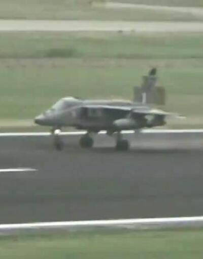Saniye saniye görüntülendi: Kuş sürüsüne çarpınca motoru duran savaş uçağı, bombaları piste attı