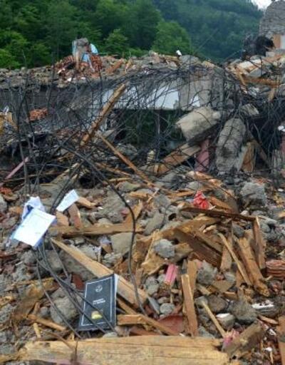 Araklı'daki selde hasar gören okul yıkıldı, kayıplar aranıyor