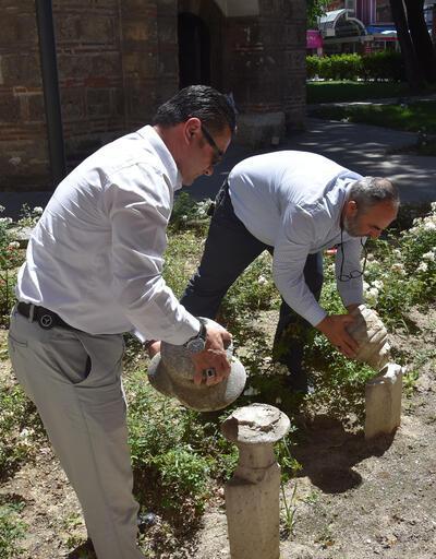 600 yıllık külliyedeki mezar taşlarını kırmışlar